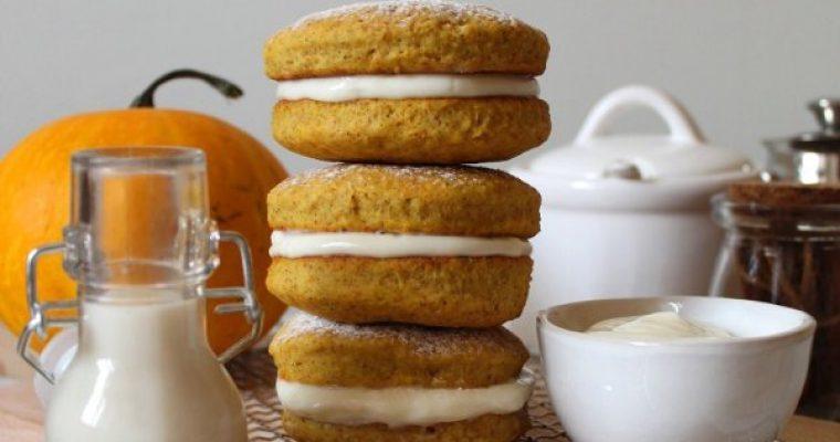Biscotti sandwich alla zucca con crema al formaggio senza uova e burro