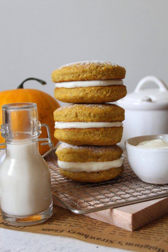 Biscotti sandwich alla zucca con crema al formaggio senza uova senza burro