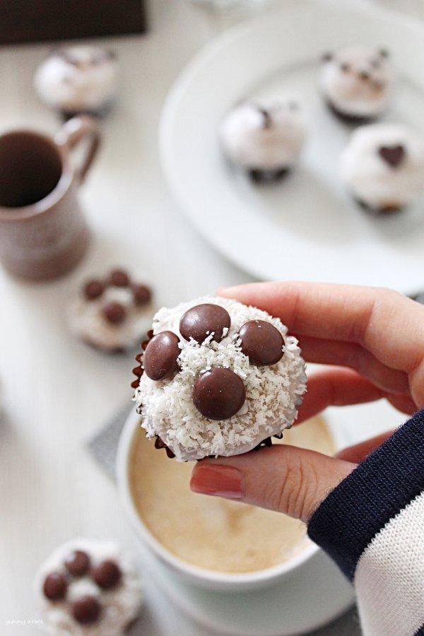 Mini muffins con glassa di zucchero senza uova e burro decorato a forma di zampetta