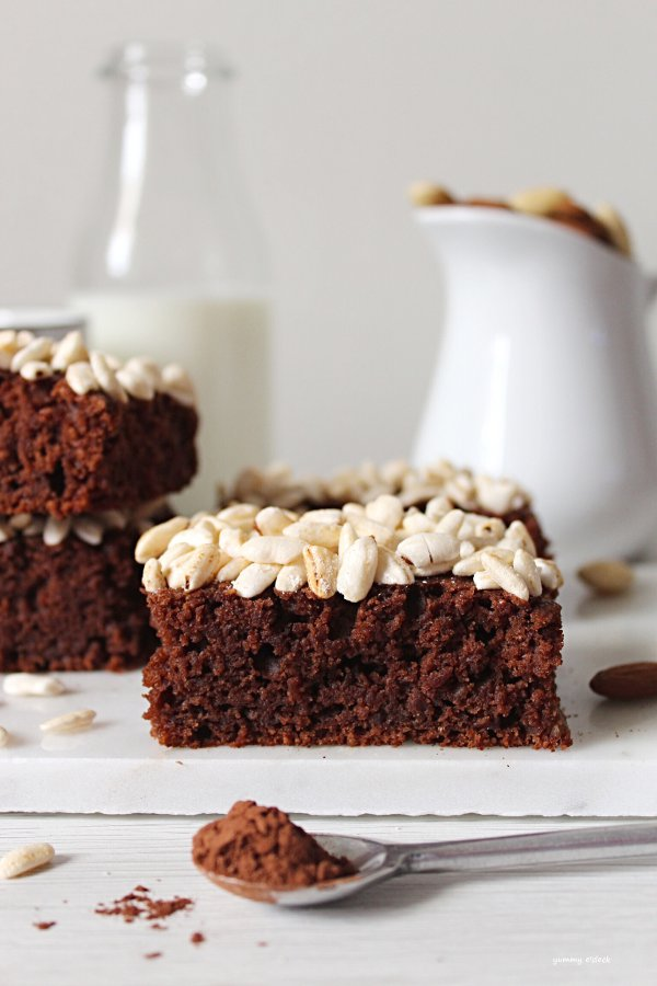 Tortine al cacao, riso soffiato e mandorle