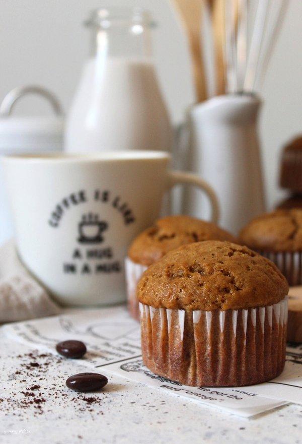 Muffins al caffè con yogurt senza uova senza burro