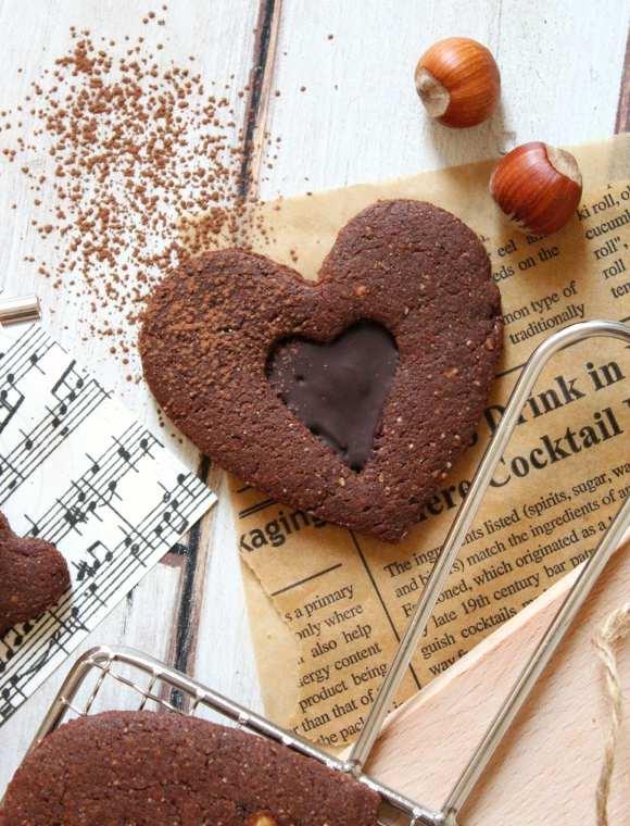 Biscotti a forma di cuore con cuoricino di cioccolato