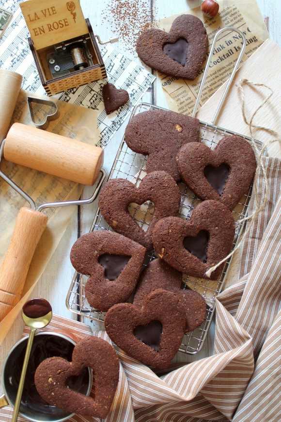 Biscotti con cuore di cioccolato e nocciole senza uova senza burro