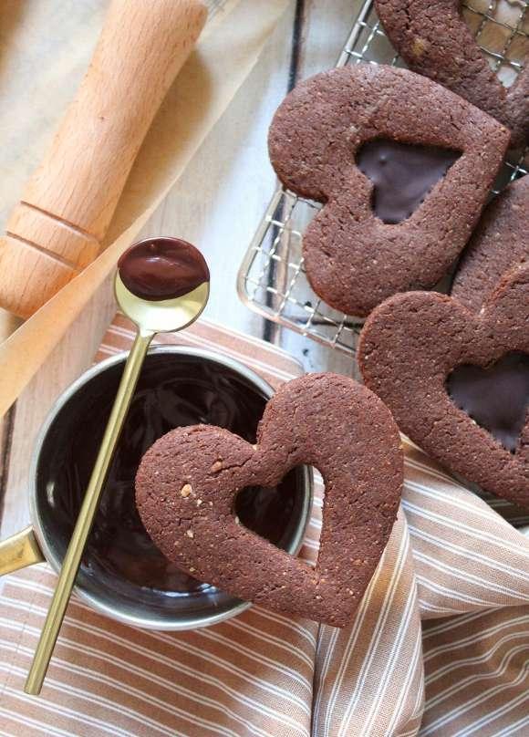 Biscotti a forma di cuore con cuoricino di cioccolato senza uova senza burro