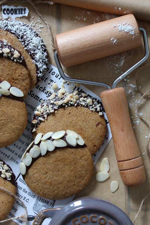 Biscotti di farro integrale vegan guarniti con cioccolato fondente