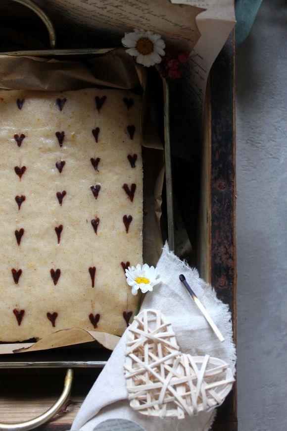 Tortina di San Valentino alla vaniglia e yogurt con cuori al cacao vegan