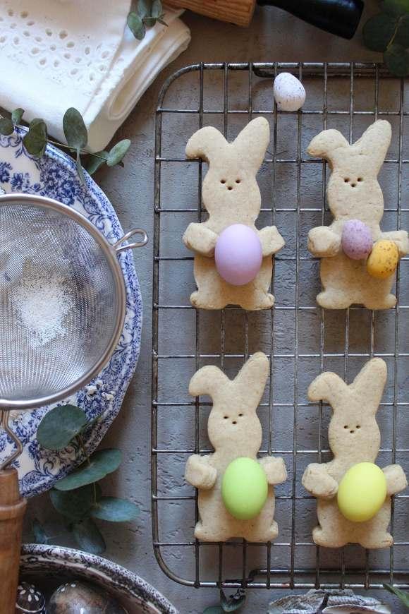 biscotti coniglietto che abbraccia le uova di pasqua senza uova senza burro