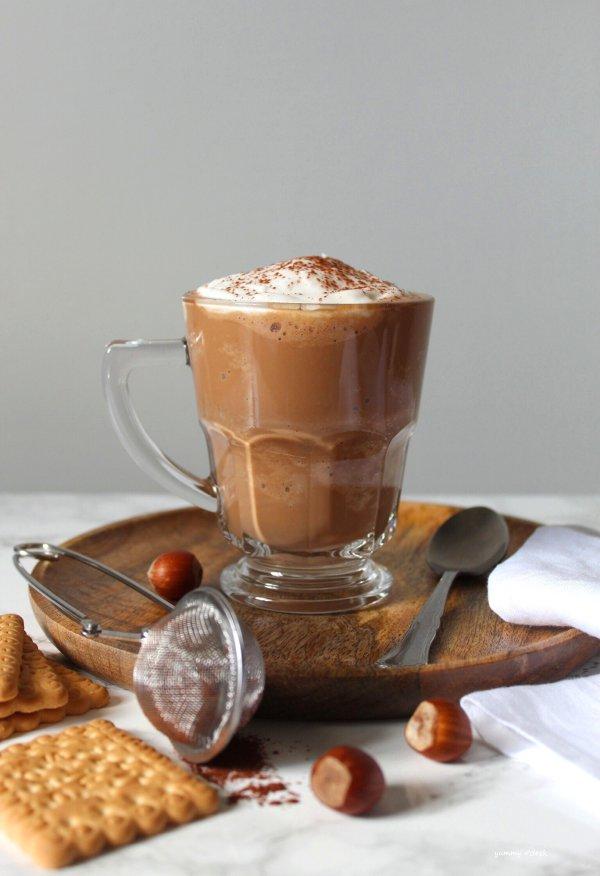 Latte al cioccolato e biscotti