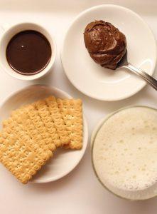 ingredienti per Latte al cioccolato e biscotti