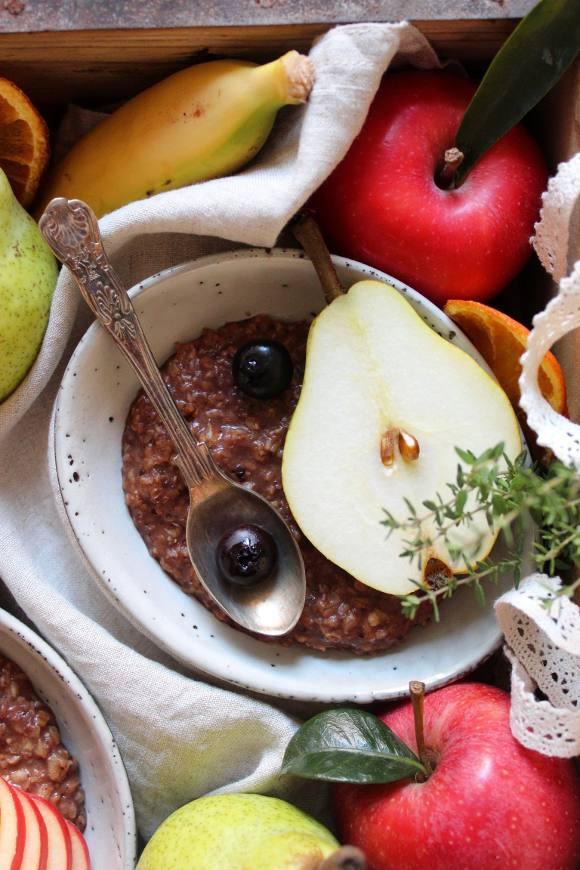Porridge di avena vegan guarnito con frutta