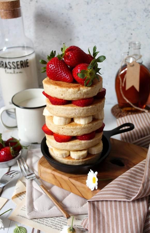 Pancakes con latte vegetale senza uova guarniti con frutta fresca