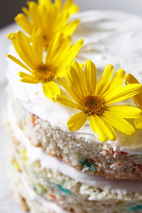 Naked Funfetti Cake senza uova con decorazione di fiori