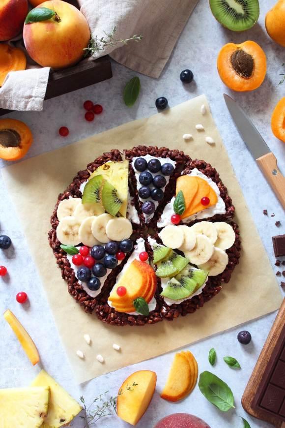 Breakfast pizza senza cottura decorata con yogurt e frutta