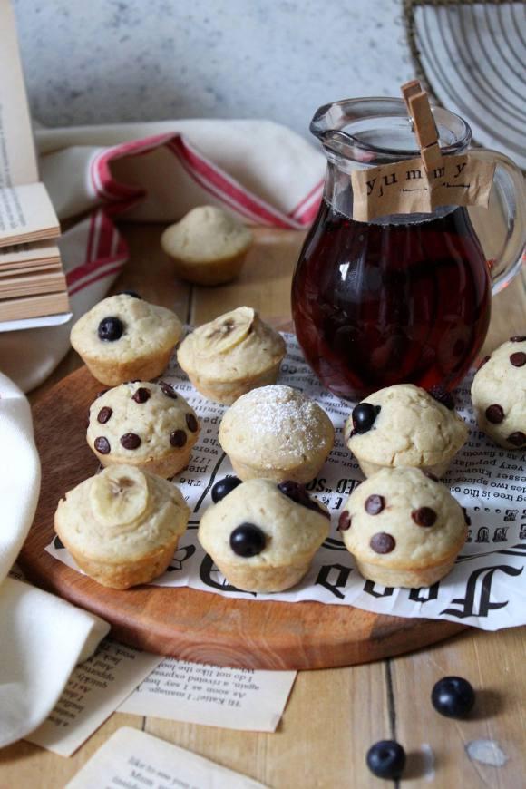 Pancake Mini Muffins vegan guarniti con frutta e gocce di cioccolato