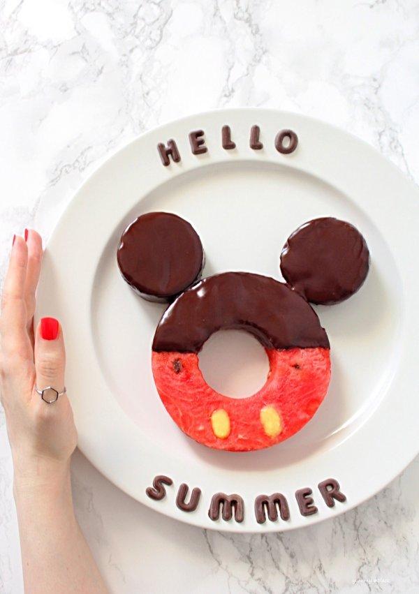 Ciambella di anguria a forma di Mickey Mouse decorata con cioccolato