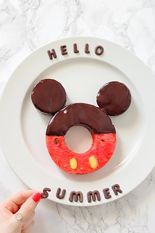 Ciambella estiva di anguria a forma di Mickey Mouse