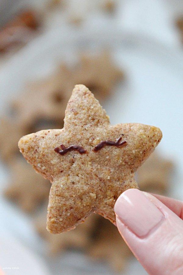 Biscotto a stella con crema di datteri