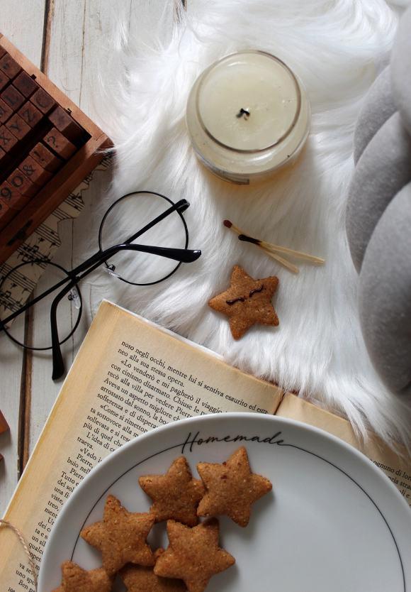 biscotti a forma di stella con caramello di datteri vegan