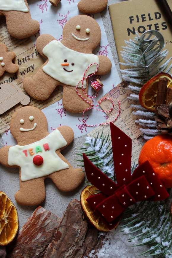 Biscotti Pan Di Zenzero con maglia di natale decorati con cioccolato bianco
