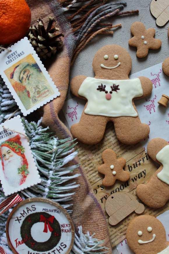 Biscotti gingerbread man con maglia di natale senza uova