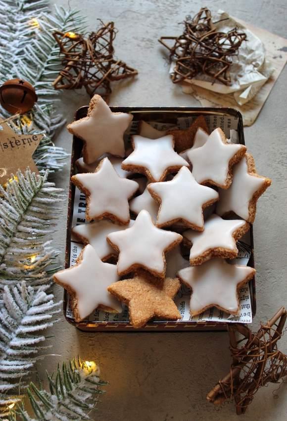 Biscotti alle mandorle a forma di stella senza albumi Zimtsterne
