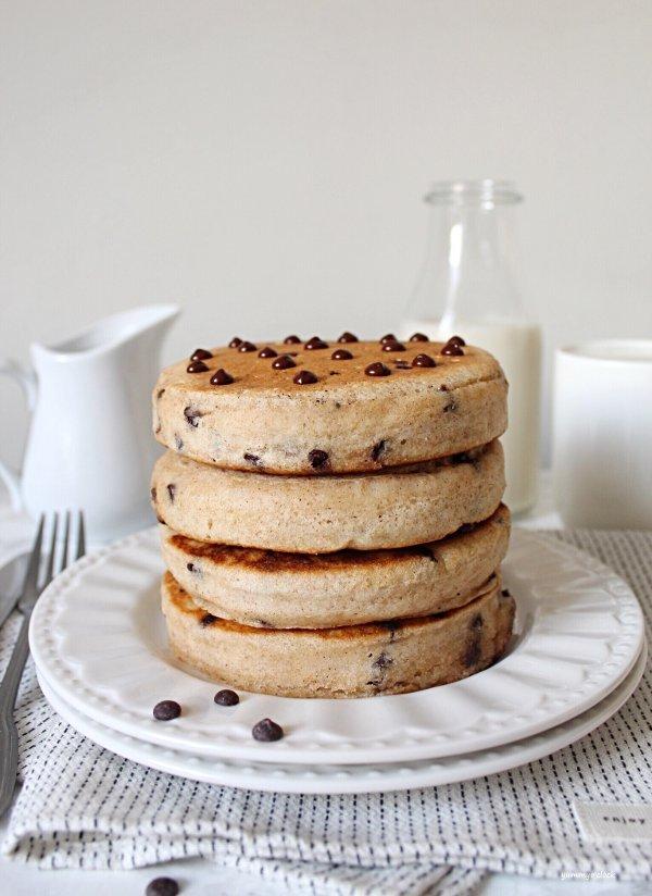 Pancakes con gocce di cioccolato e purea di mele senza uova