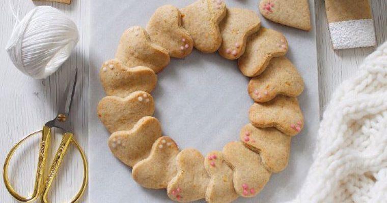 Ghirlanda di biscotti a forma di cuore arancia e limone senza uova senza burro