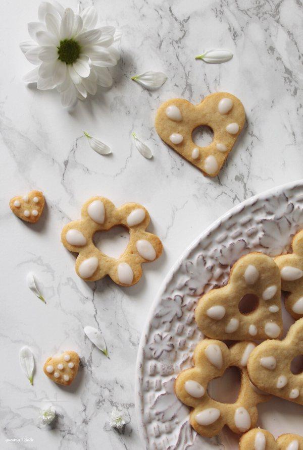 Biscotti simil Bucaneve love senza uova con glassa