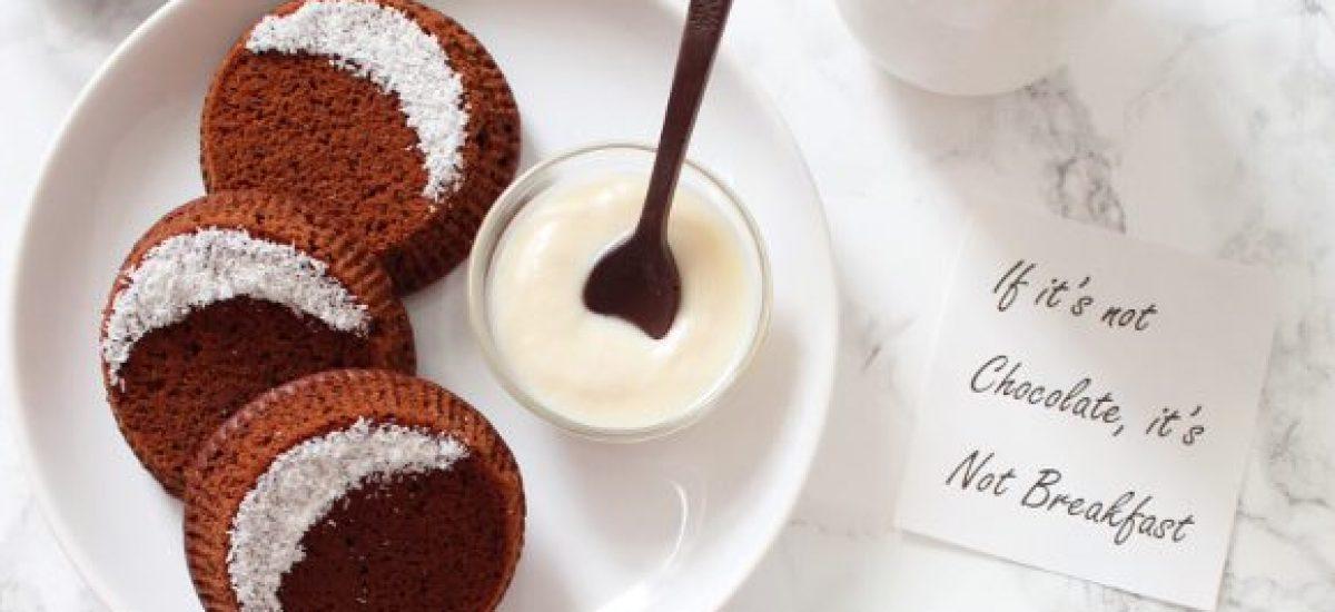 Tortino al cacao con sorpresa di quadratini di cioccolato fondente vegan