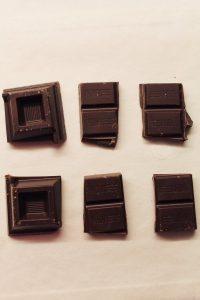 Tortino al cacao con sorpresa di quadratini di cioccolato fondente preparazione