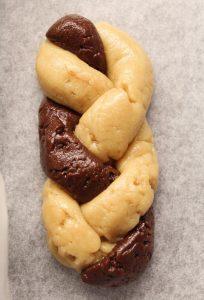 Trecce di biscotto bigusto con doppia crema di nocciole senza uova prima della cottura