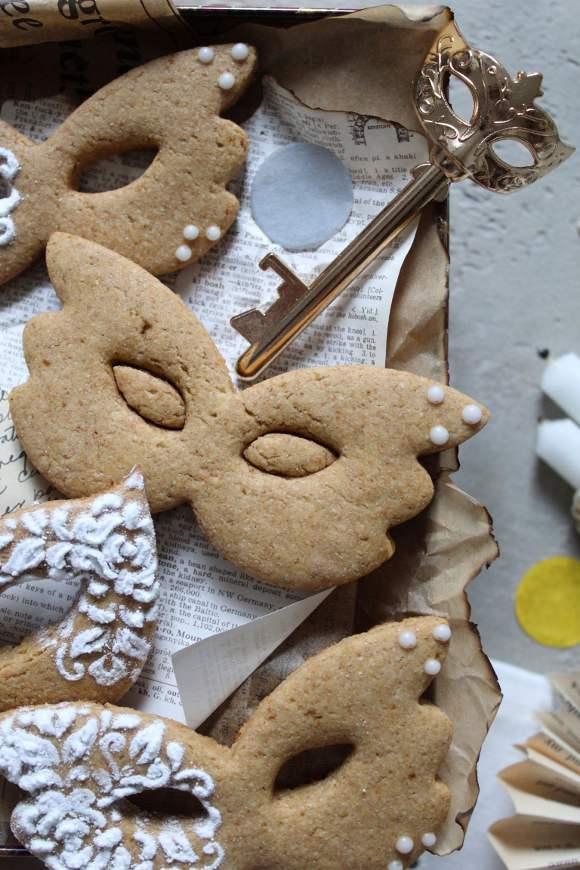 Biscotti Maschere di Carnevale decorati con zucchero a velo e glassa all'acqua senza lattosio senza uova senza burro