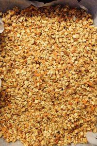 preparazione della Granola fatta in casa alle carote