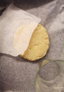 preparazione del biscottone alle mandorle vegan