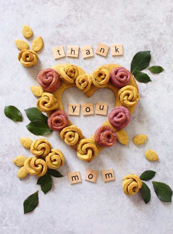 Ghirlanda a forma di cuore con rose di biscotto vegan