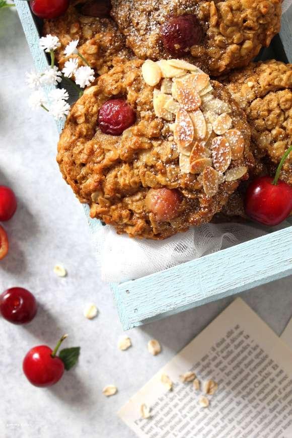 Biscotto vegan con fiocchi d'avena mandorle e ciliegie
