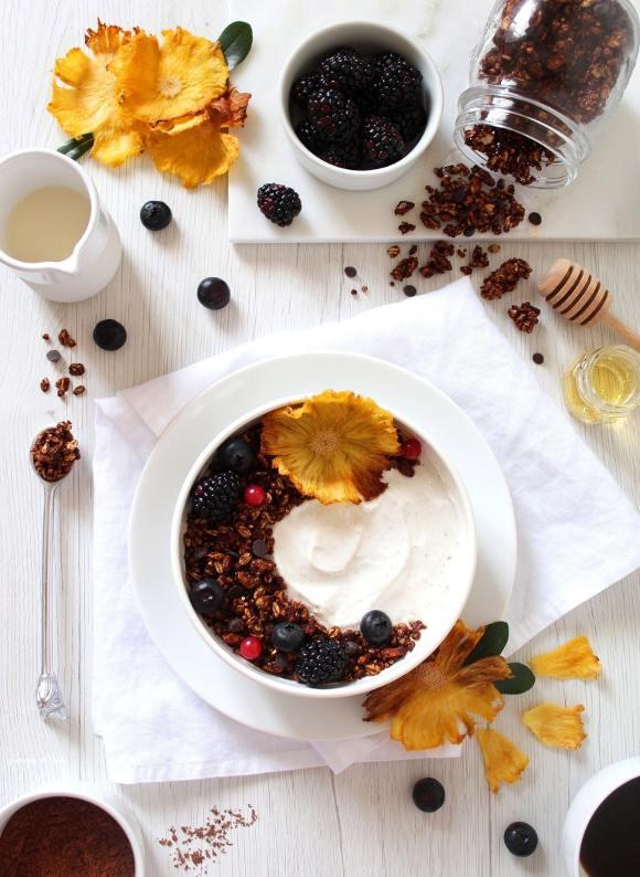 Granola al cacao e gocce di cioccolato fatta in casa