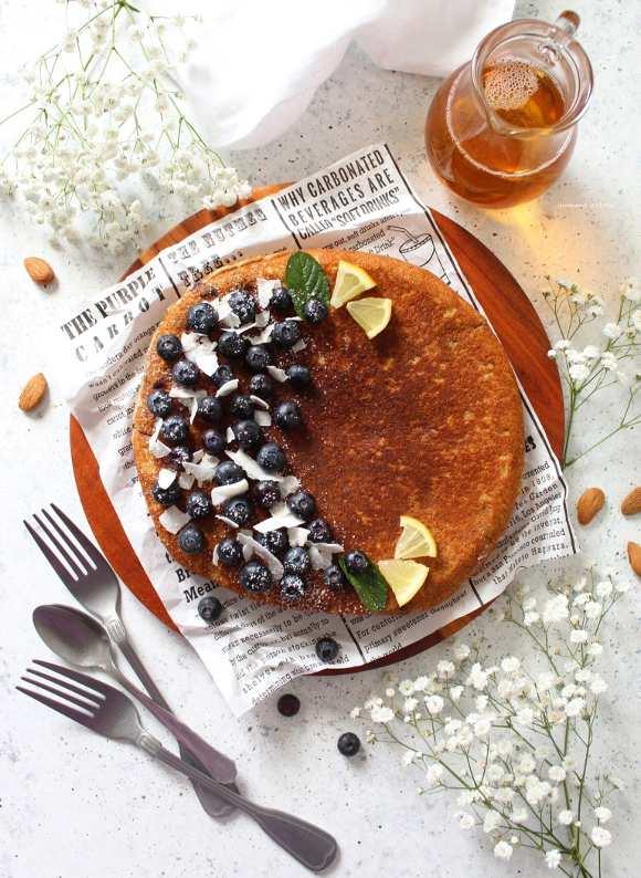 Pancake gigante mirtilli cocco mandorle con yogurt greco senza uova senza burro