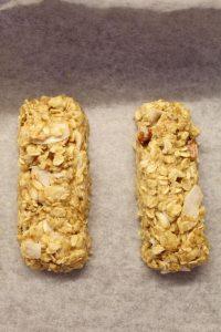 preparazione dei Biscotti con fiocchi d'avena cocco mandorle a forma di barrette senza uova senza burro