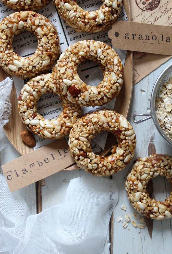 Ciambelle di granola con fiocchi di avena quinoa soffiata e datteri senza lunga cottura