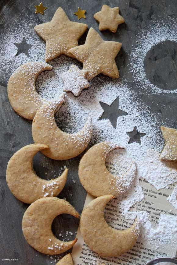 Biscotti a forma di luna e stelle con avena