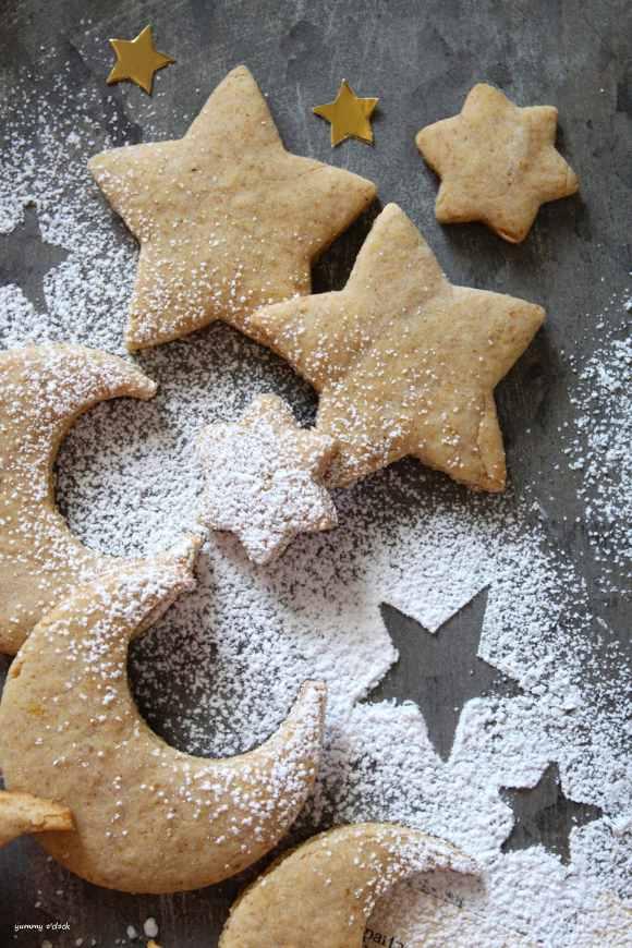 Biscotti a forma di stelle e luna senza uova senza burro