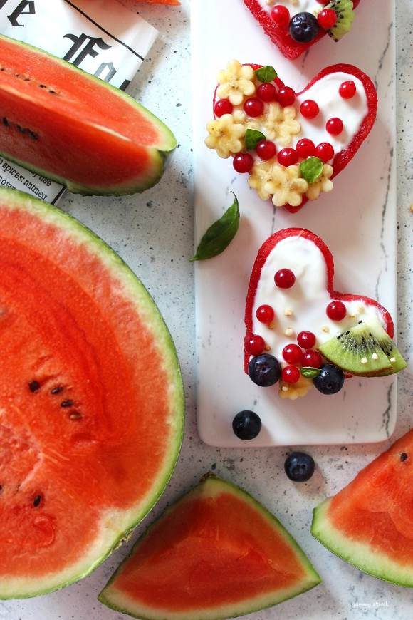 Cuori di anguria decorati con yogurt e frutta