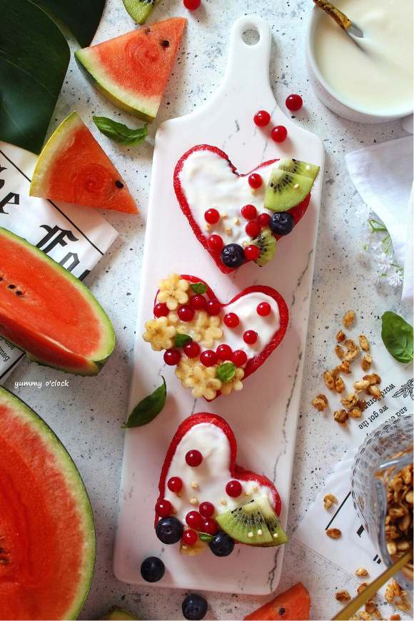 Cuori di anguria decorati con yogurt