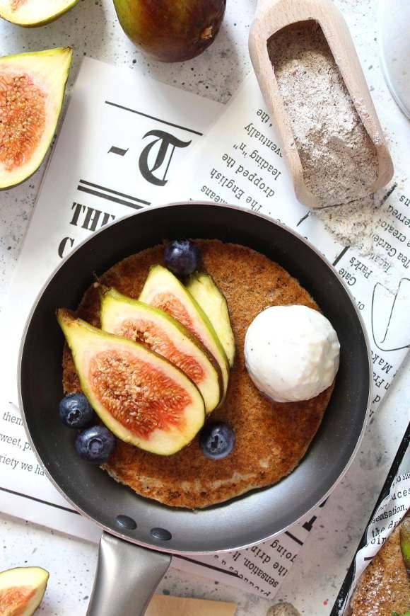 Pancakes con grano saraceno senza glutine e vegani con decorazione di fichi