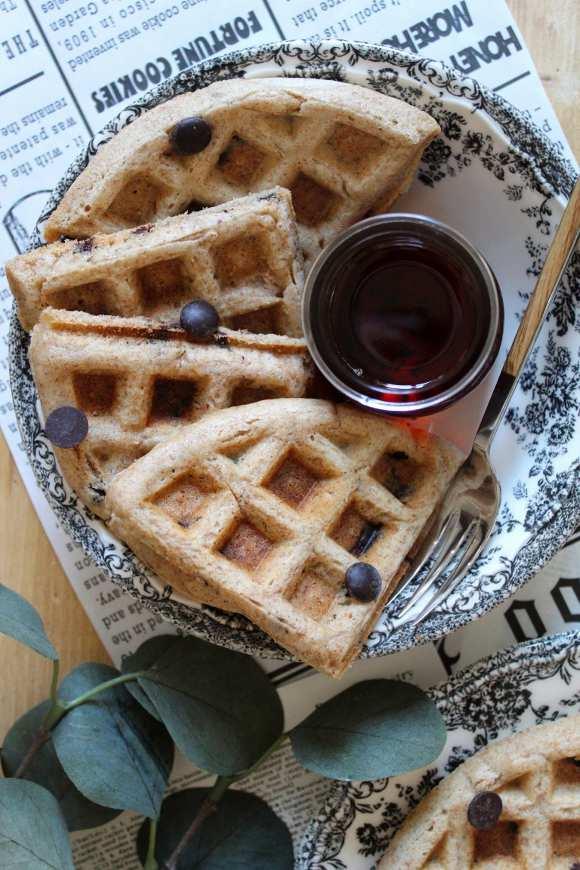Waffles con farro e avena e gocce di cioccolato vegan