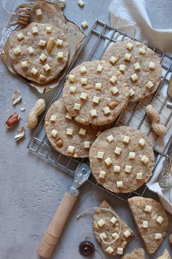 Cookies con gocce di cioccolato bianco e arachidi
