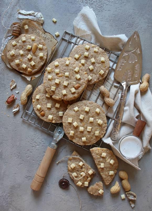 Cookies con gocce di cioccolato bianco e arachidi senza uova senza burro