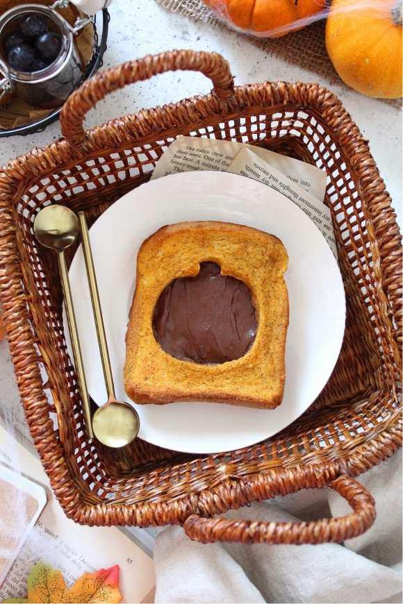 French toast al forno alla zucca guarniti con crema di nocciole senza uova