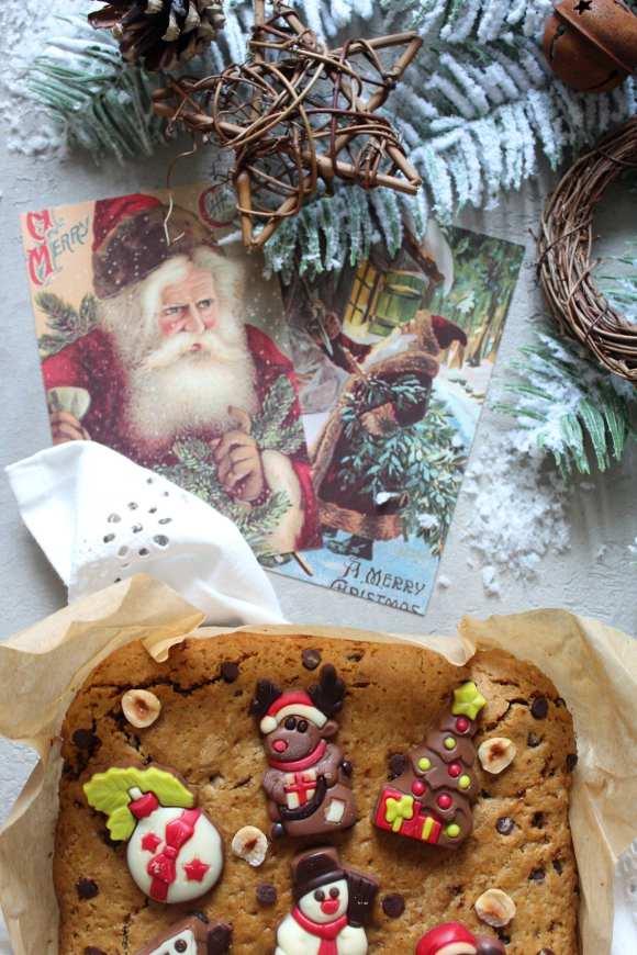 Biscottone al burro di arachidi e gocce di cioccolato decorati con guarnizioni natalizie senza uova